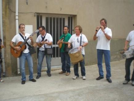 Julián, Joaquin, Jesús, Carlos y Manuel durante una pieza instrumental de ronda.