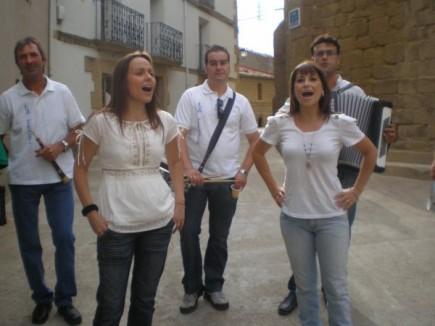 Jota navarra en la plaza de Malpica por M. Paz y Susana, al fondo Alberto y Miguel Ángel